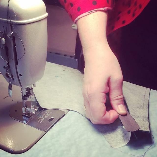 Lite tips för de som vill sy en klänning eller top på ett enkelt sätt. Resultatet blir ändå fint. Om man vill ha en korsett insydd i foderdelen använder man ett tjockare stödmaterial som antingen limmas fast på foder eller material utan lim tråcklas fast i sömsmån. I sömsmån sys fast skråband som en tunnel för korsettfjäder i metervara. Den klipps av i avsedd längd och kom ihåg att smälta änden på plastfibrerna så de inte sticker upp senare när klänningen används och sticker iväg och sticker sin ägare. Använder du korsettfjäder ur metall kallas det också spiralstål då är det inget problem utan änden är redan färdig med skydd. De köps in i längd efter behov. Din Skräddare i Helsingborg