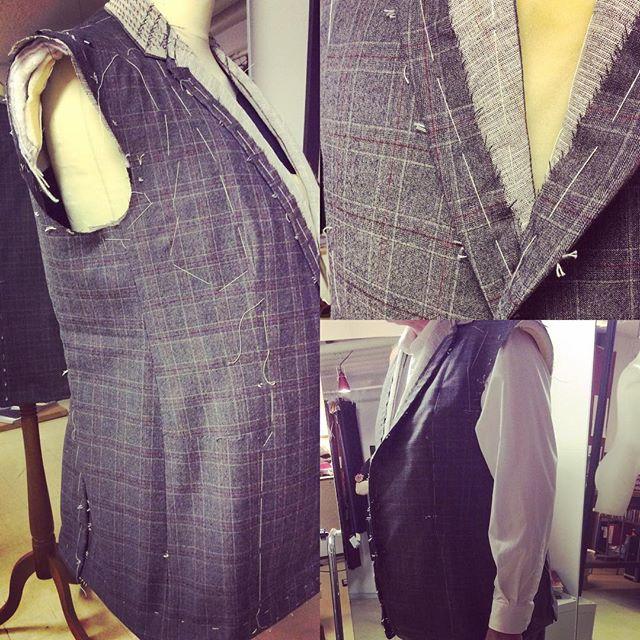 Då blev det klart för provning kostymen som ska bli i tre delar. Helt fantastiskt material och lyckades pussla ihop en fantastisk passform. Det är väl lyckan med ett arbete man har valt och trivs utmärkt med. Som skräddare följer jag i spåren av min mormors far Simo Hiltunen och på hans tid var väl kostymen vi känner till ganska nyligen skapad så som vi är vana att se den idag. Innan dess såg männen ut som påfåglar den ene ståtligare än den andre på Kejsardömets tid i grannlandet Ryssland där min mormors far brukade verka som skräddare i Arhangelsk. Lite mer inspirerande var det nog att beskåda det andra könet med pudrade näsor och krinolin hit och dit. Ja sanningen är väl att man vill ju kunna ledigt röra sig i folkmängden idag och ärligt talat var väl inte jorden lika tätt befolkat så plats fanns det för lite plymer och finerier i klädväg. Din Skräddare i Helsingborg
