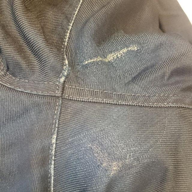 Maskin lagade slitage på jeans behöver inte synas och kännas så mycket. Ett tips är att använda ett starkt men tunt tyg som Canvas i det dolda. Nästa trix är att låta sömmar på jeansen vara ramen på Canvas tyget särskilt vid skrevet. Försök hitta så nära som möjligt i färgton och rekommenderas i gråa toner som kan gå i blått eller om du har special färgat jeans tråd för lagningar. Här valde jag en stengrå mot blått. Täta små stygn i samma riktning som det vävda tyget och där tyget har förlorat yttersta lagret väver jag in med symaskinen det som fattas. Med tiden blir man ganska duktig. Att lämna en klump av tyg där man är som känsligast är väl inte att rekommendera? Så för den som önskar laga sina jeans så har ni dagens tips här. Ni förstår att jag har som sagt lagat den nedersta lagningen och på insidan är det som sagt det tunna tyget jag språkar för och inte en svart klump som skaver mot skinkan….