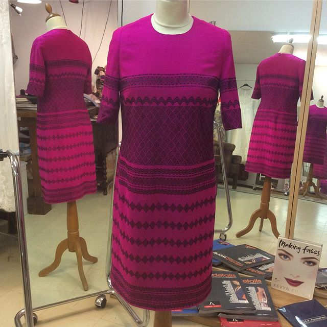 Fint med färg och handvävt från Burma ️🥰 Glad att jag fick äran att hjälpa till med utförande av design för en elegant kund  Tyget som blev kvar räckte till en sjal. Perfekt!