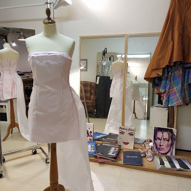 I väntan på en provning av mönster för festklänning. All mönster konstruktion är för var kund från upp till 30 olika mått beroende på design.All arbete är utförd här i studion på Slottshöjden.Välkommen förbi.