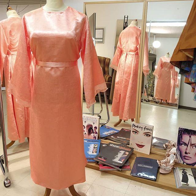 En klänning för festligheter klar och levererad i dag. Kundens eget tyg och val av design. Organza ovan satin.