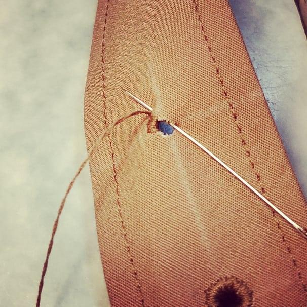 Då är det dags att färdigställa skärp för klänningen. Först slå hål och sedan för hand kanta hålen.
