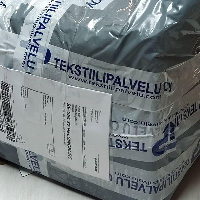 Lite post från Finland. Tekstiilipalvelu sänder tyger snabbt och effektivt. Lite nya tyger och spets. 100% Merinoull för en varm tunn tröja. Välkommen förbi om du vill se lite närmare på utbudet.