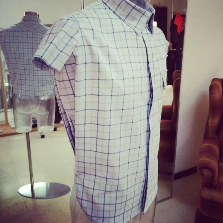 Vi erbjuder skräddarsydda skjortor. Välkommen att bekanta dig med tyger och tjänster vi erbjuder. Din Skräddare i Helsingborg
