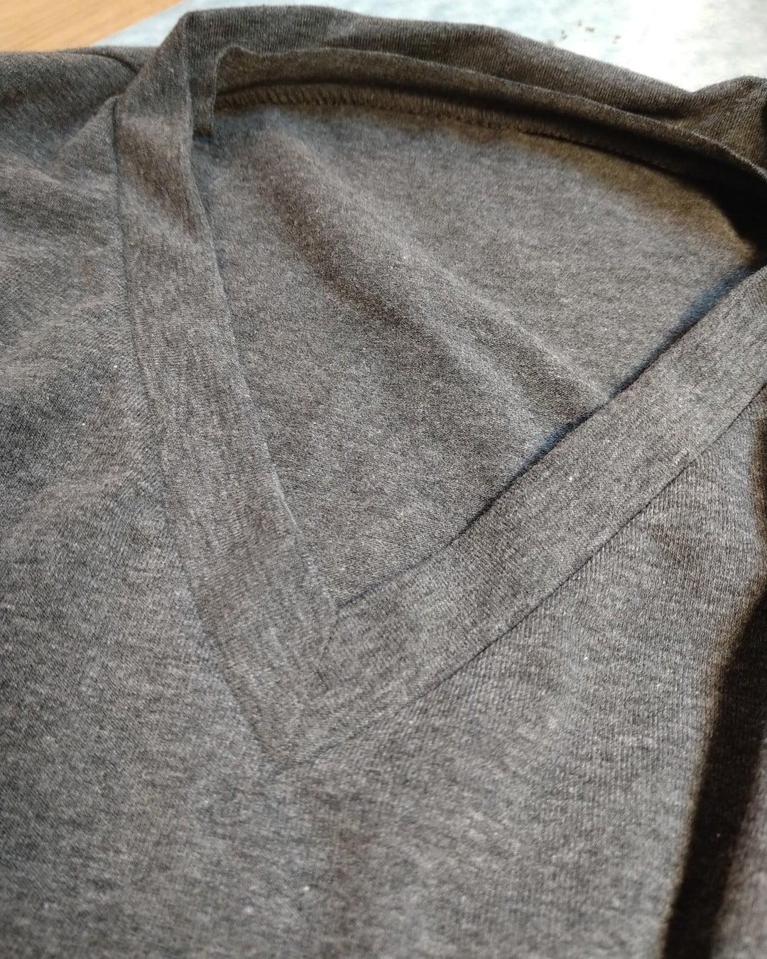 En t-shirt krage kan även den ha olika mått och krav av sin bärare. Det perfekta t-shirt snittet och valet av organiska certifierade trikå tyger. Design och kvalitet från grannlandet Finland. Låter det som en bra idé? Naturligtvis hantverk då du kan påverka slutresultatet. En prototyp skapas och mönster dokumenteras. Sedan när du vill beställa sätter vi igång en mindre produktion. Det går bra att variera material för varje t-shirt. Låter det spännande? Visste du att du har så här nära till att kunna förverkliga din signatur i klädesplagg och design? Allt är möjligt och bästa av allt. Närproducerat, ekologiskt och socialt mycket roligare.