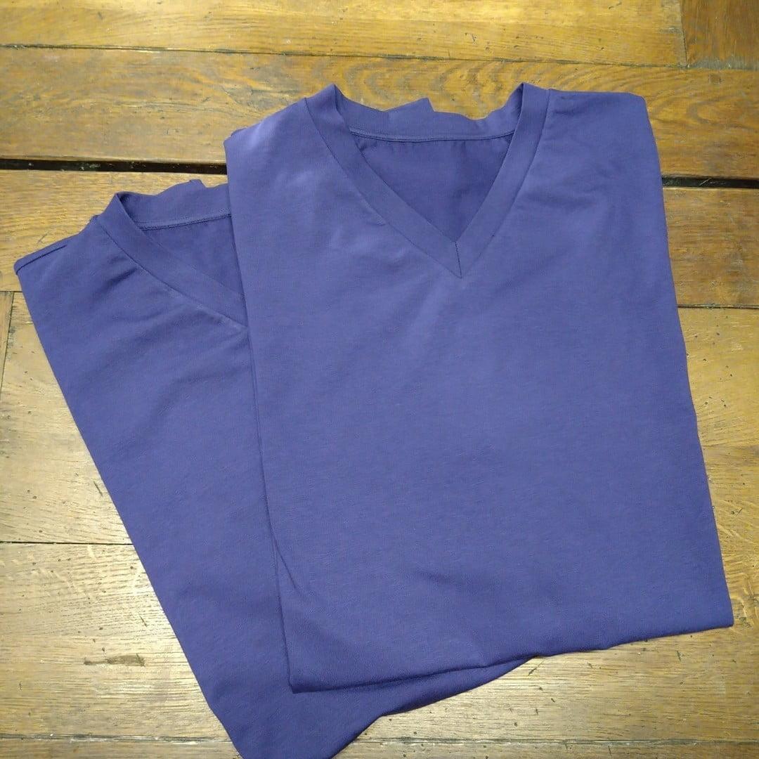 T-shirt kan man inte ha för många av. Eller vad tror du? Här en extra lång torso och breda axlar utan att halsringning ur proportion. Kan vara svårt av många skäl att köpa helt perfekt skärning och därmed välja en egen produktion. Trikå certifierad organisk bomull. Din Skräddare i Helsingborg.