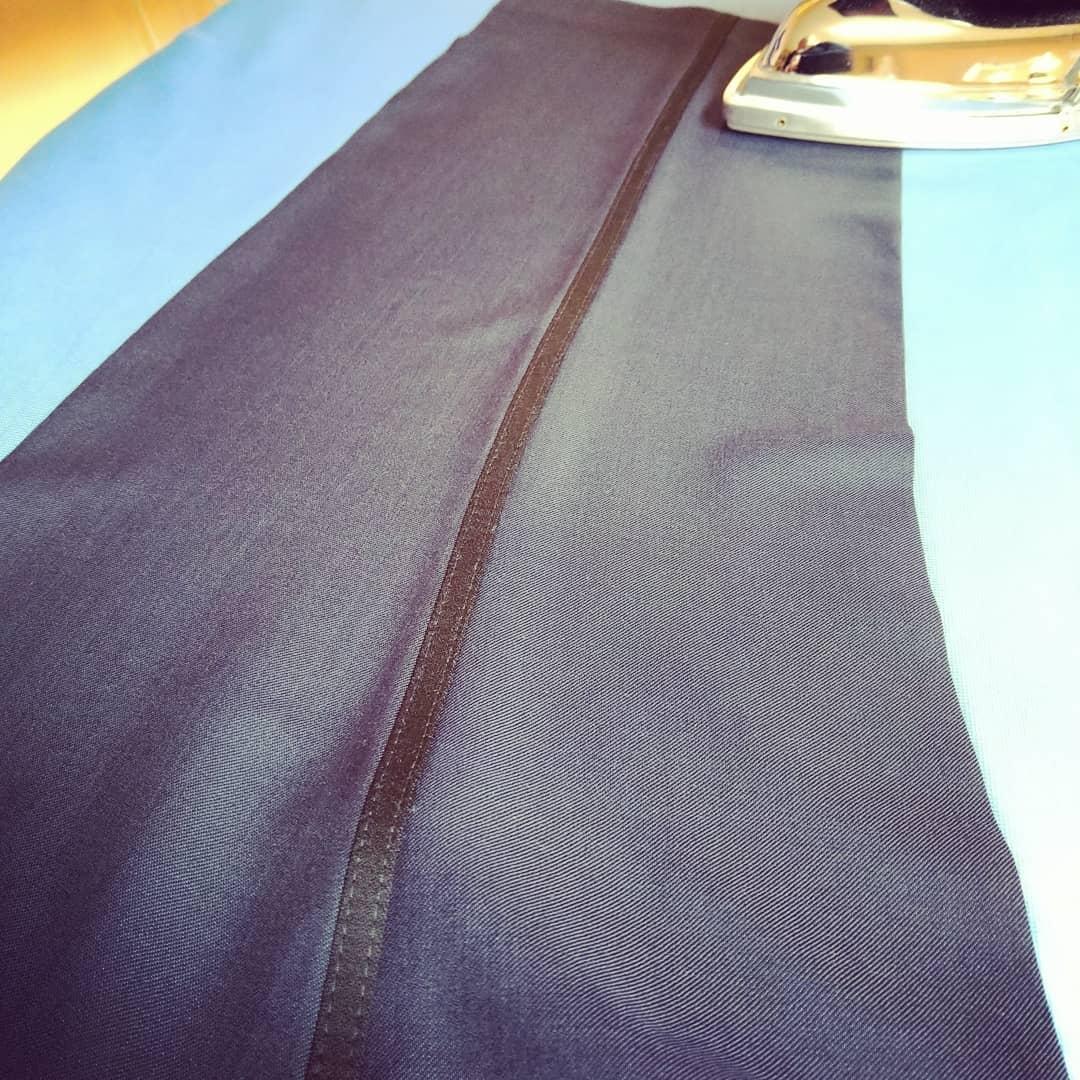 För att förbättra passform på byxor är konsten att stryka ett måste. Många trix man lär sig av gamla skolan.