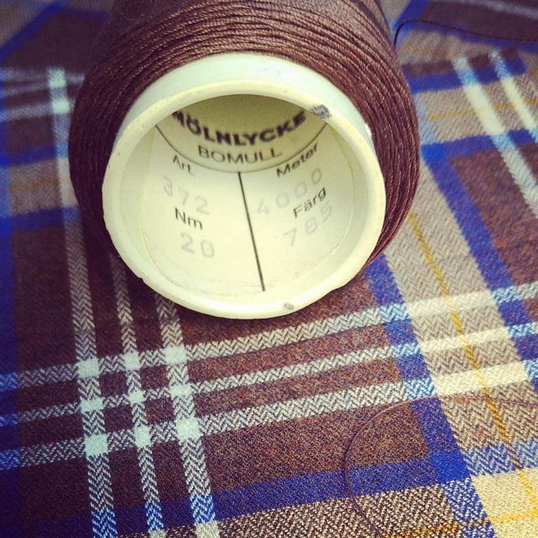 När man kan välja bästa kvalitet för sina kunder tvekar man inte. Acorn fabrics Fife 16 Brown Brushed cotton. Den borstade  sidan mot huden. Härligt för vinterdagar…. Tråden som vi valts är Svenska Mölnlycke Bomull Nm 20. En vacker lyster. Välkommen att bekanta dig med tyger och tjänster vi erbjuder. Skräddarsydda skjortor byxor kostymer både för damer och herrar.