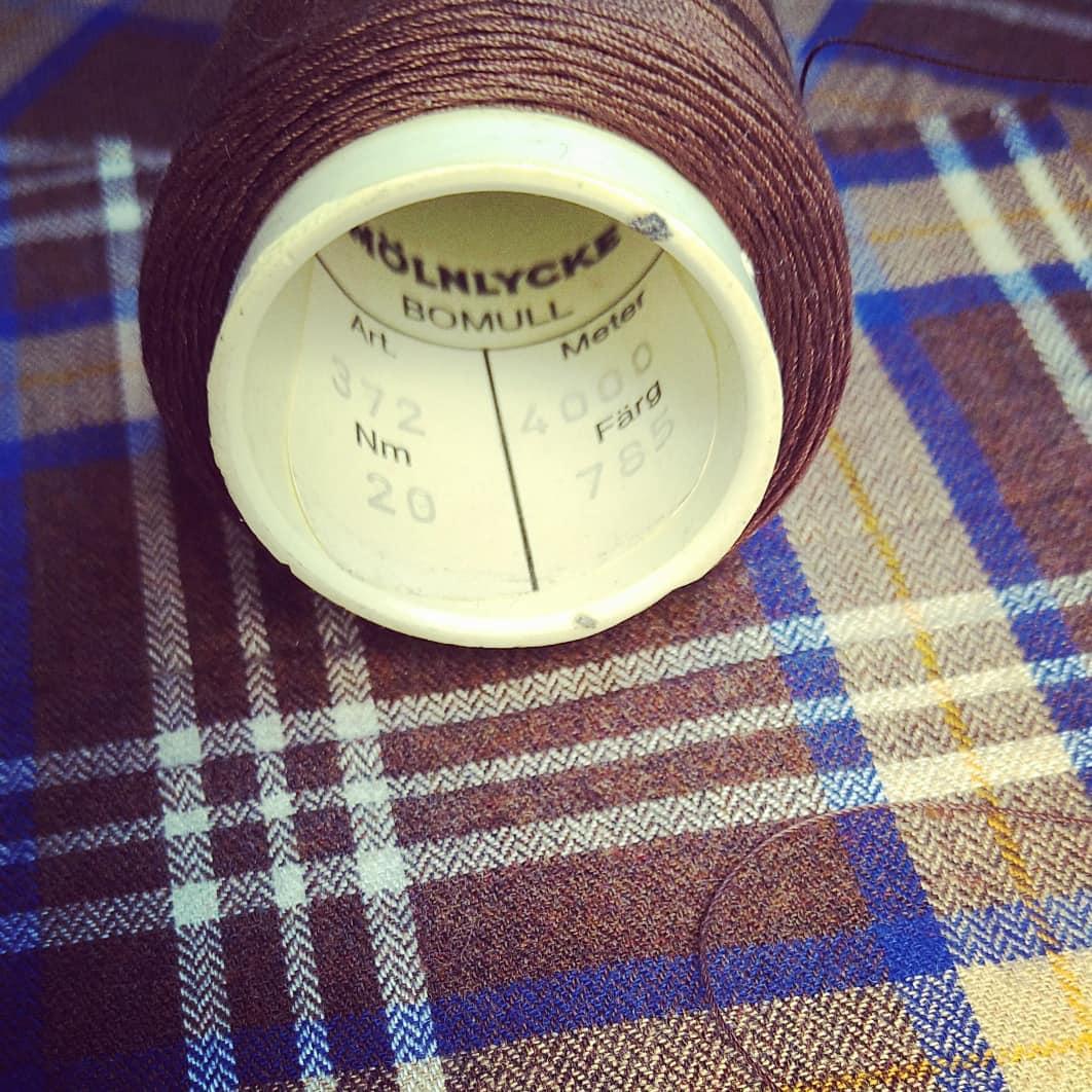 När man kan välja bästa kvalitet för sina kunder tvekar man inte. Acorn fabrics Fife 16 Brown Brushed cotton. Den borstade  sidan mot huden. Härligt för vinterdagar.... Tråden som vi valts är Svenska Mölnlycke Bomull Nm 20. En vacker lyster. Välkommen att bekanta dig med tyger och tjänster vi erbjuder. Skräddarsydda skjortor byxor kostymer både för damer och herrar.